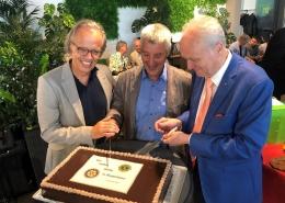 Anschnitt des Gastgeschenks durch Aldo Fach und den neuen Präsidenten Dr. med. Guido Pfeiffer
