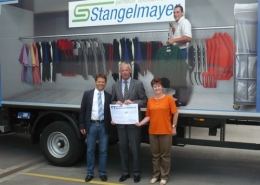 Das Foto zeigt von links nach rechts Arnulf Stangelmayer jun., den Koordinator des Lionsclub Rosenheim für die Hochwasserhilfe Franz Winterer und die Betriebsrätin Waltraud Hamberger